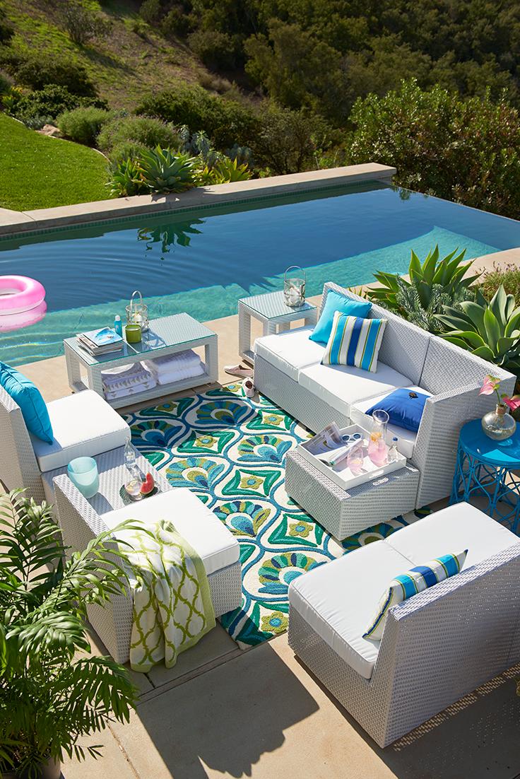 Un espace #détente coloré près de la #piscine ! #jardin #couleur ...