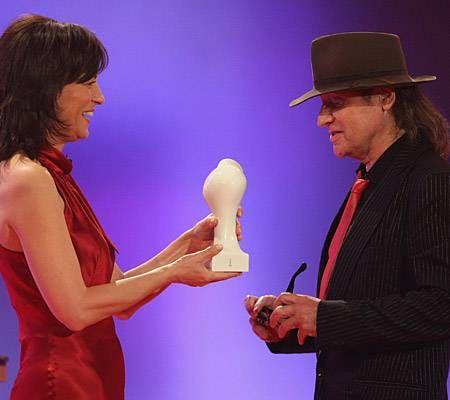 Udo Lindenberg empfängt seine Auszeichnung von Maybrit Illner und nimmt dafür sogar seine Sonnenbrille ab