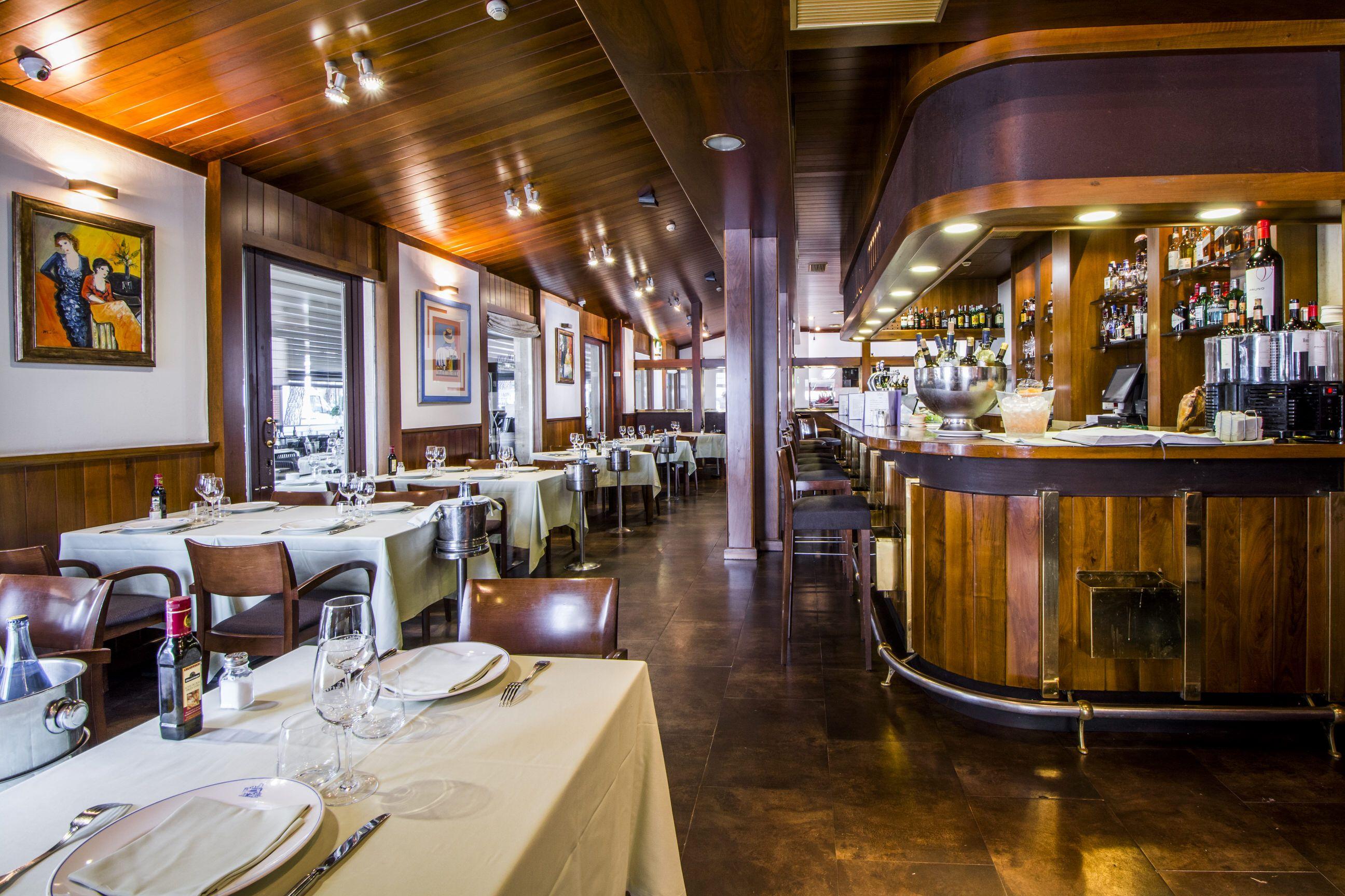 A La Entrada Del Restaurante Mesas Bajas Junto A La Barra Para Picotear Mesas Bajas Restaurantes Maquinista