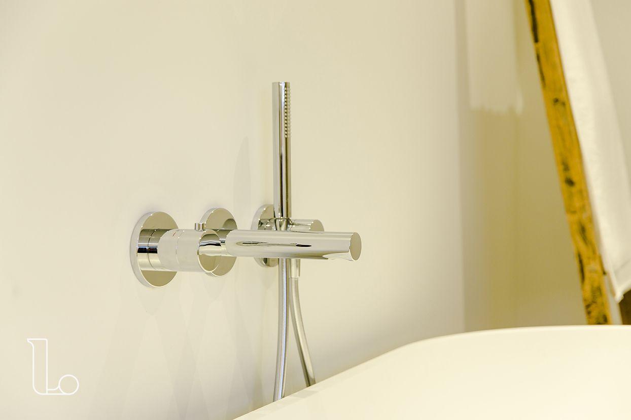 De inbouw kranen in deze badkamer zijn boven het vrijstaande bad ...