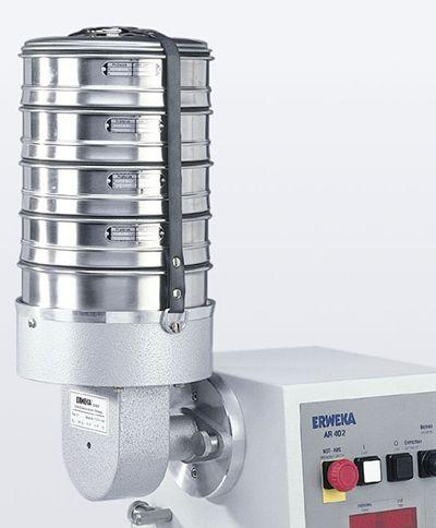 Vibration SIeve haker VT: El modelo de tamizado Erweka VT, opera sobre el principio de leva de movimiento alternativo. La intensidad de la vibración se puede ajustar cambiando la velocidad del motor. http://www.gomensoro.net/