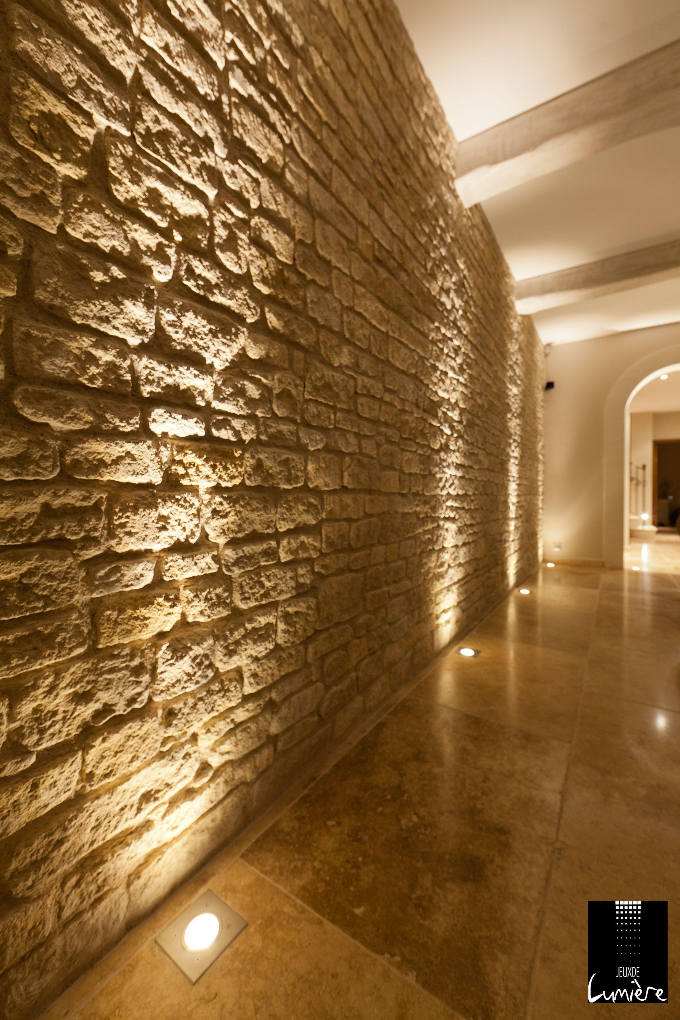 Des spots au sol pour mettre en valeur ce mur en pierre for Eclairage stand