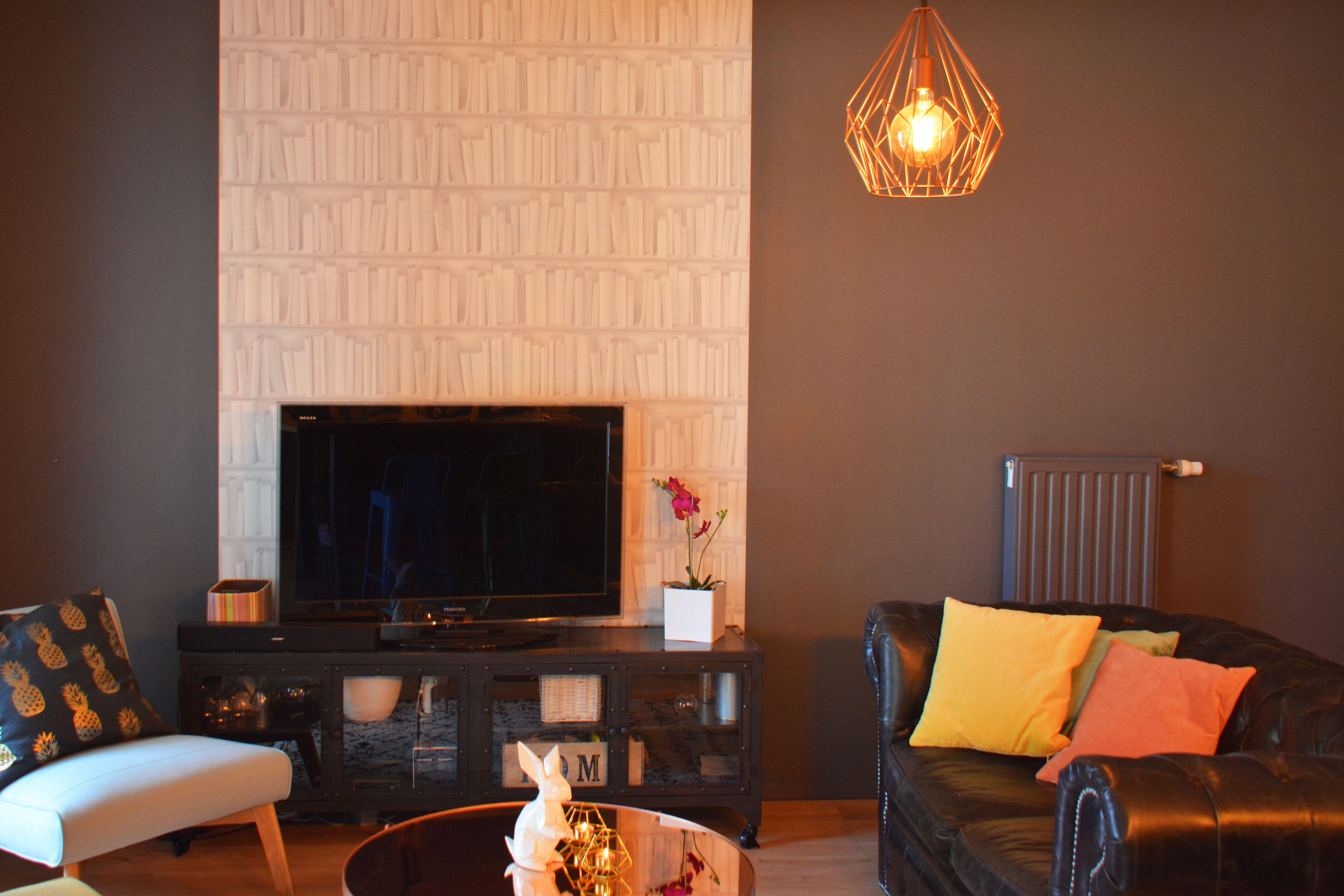 Salon A La Decoration Tendance Et Moderne Sur Un Mur Sombre Gris