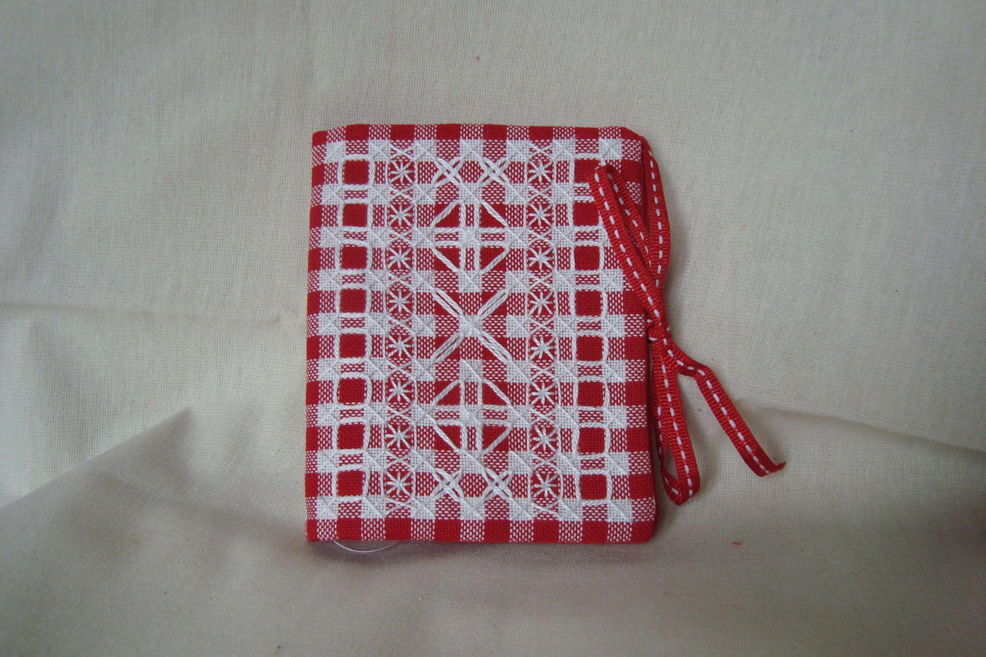 Etui à aiguilles dans un tissu vichy rouge pour la broderie suisse. A l'intérieur un tissu uni rouge et feutrine blanche. Un lien rouge et blanc pour la fermeture. La broderie - 4869107