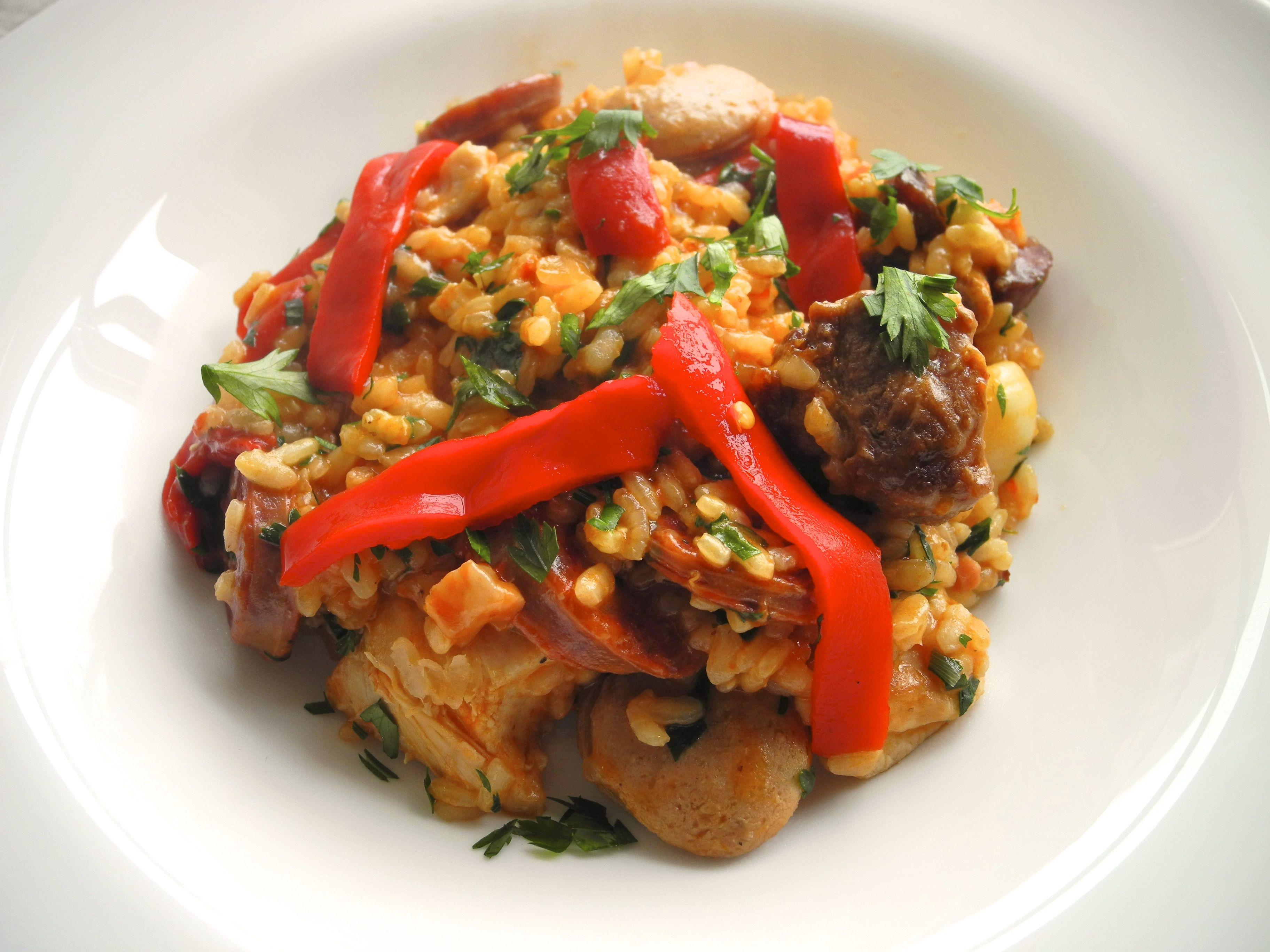 Cazuela Catalana (Paella com frango, coelho, lombo suíno, chorizzo, linguiça de vitelo, presunto de parma e pimentões assados)