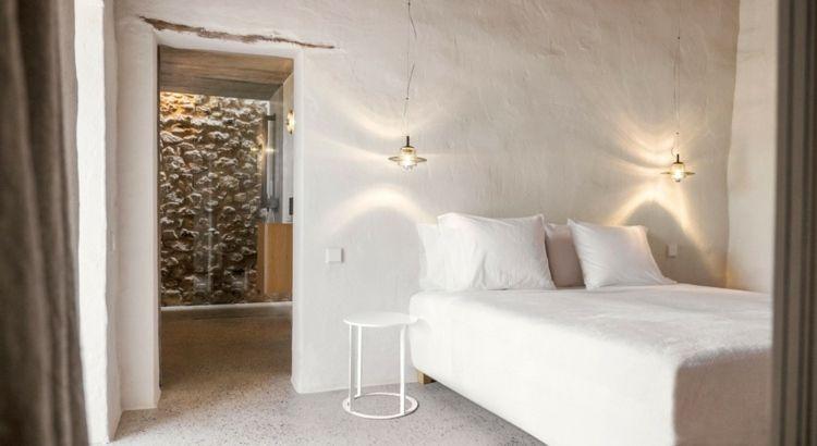 Mur en pierre apparente mobilier en bois et plafond en - Salle de bain a la chaux ...