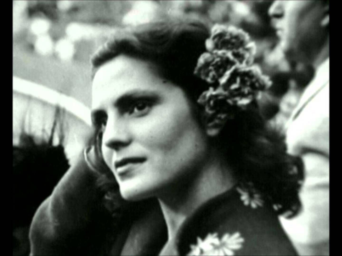 Amália Rodrigues - Saudades de Ti (Só à Noitinha)This FADO, this video is dedicated to my beloved Mother, Palmira A. Rodrigues. I miss her my beloved Lord Jesus. AMEN
