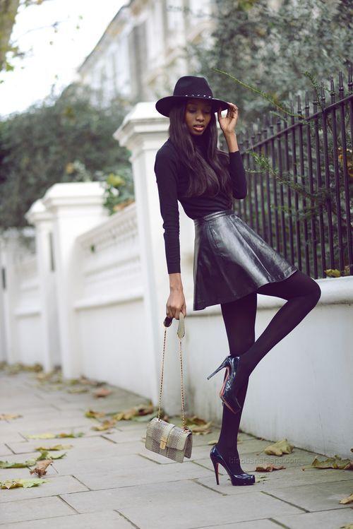 5e9c3a67b Look de moda: Camiseta de manga larga negra, Falda skater de cuero ...