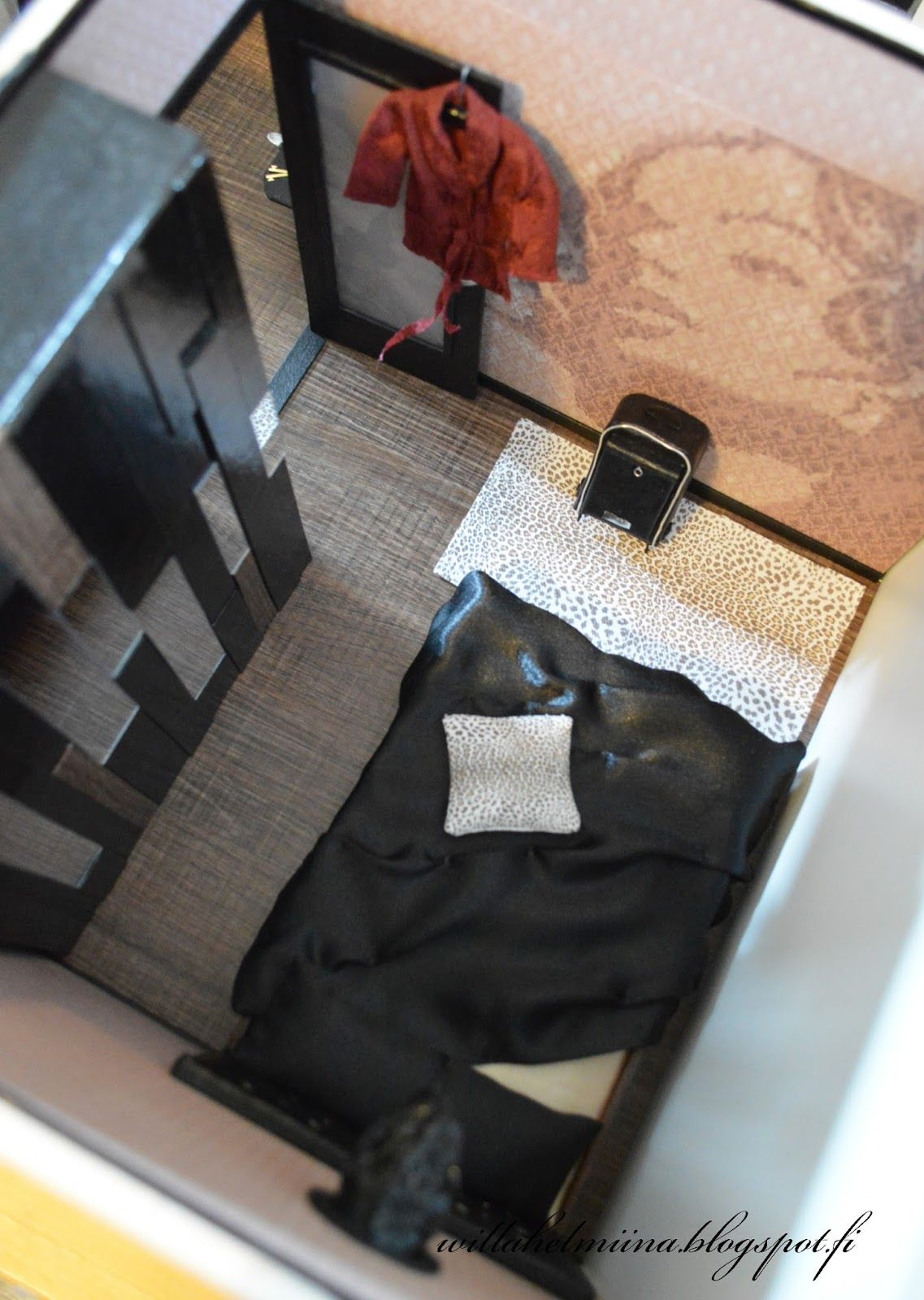 Modern leather-head bed, suitcase and wardrobe tutorial.