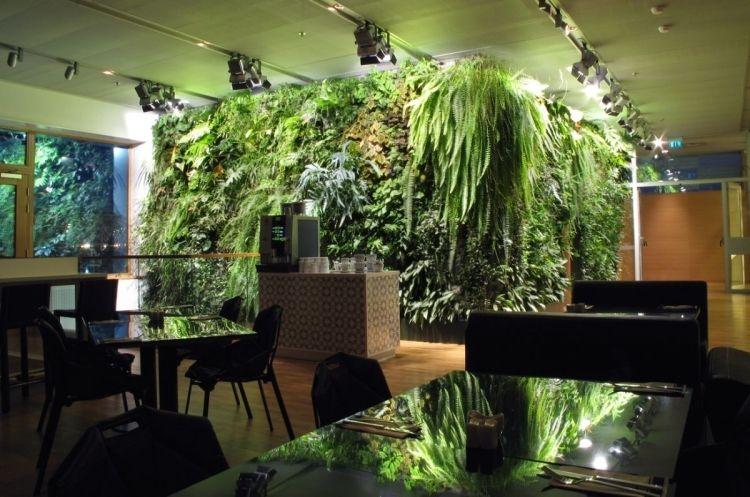 Vertikaler Garten Innen vertikaler garten innen interieur tische stuehle holzboden cafe