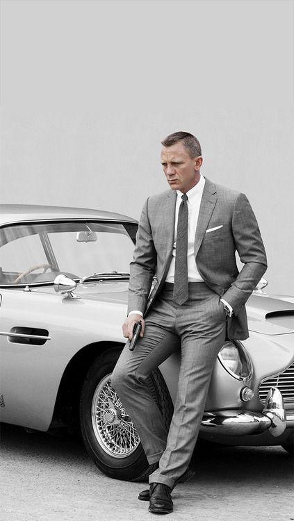 Daniel Craig trägt grauer Anzug, weißes Businesshemd, schwarze Leder Derby Schuhe, dunkelgraue Wollkrawatte
