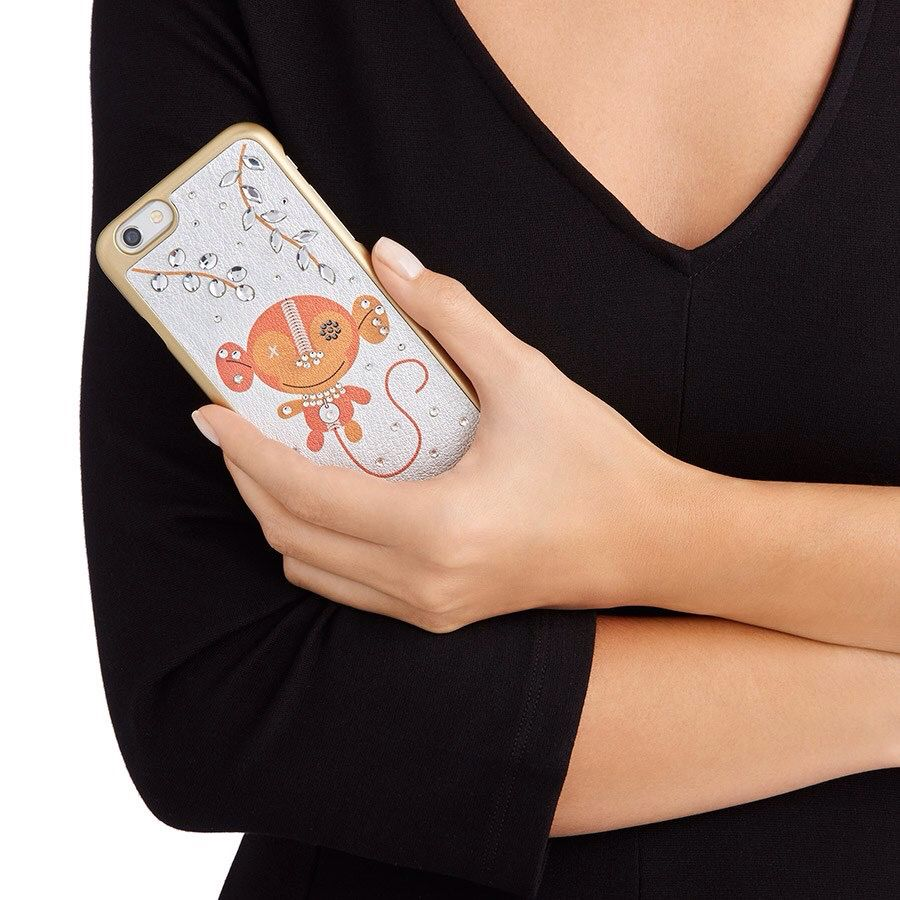 """Continuano i #saldi #Swarovski !!!  Tra i tanti #AccessoriModa in #promozione trovi """"Ernest Brown"""", simpatica e spiritosa #custodia rigida per #smartphone. La base in vitello argento è esaltata dalla preziosa presenza di una varietà di #cristalli. La custodia è compatibile con l'iPhone® 6. iPhone® è un marchio registrato di Apple Inc.  #villamontesiro #fratelli_villamontesiro #villa_casalinghi #ul_piatè_de_munt"""