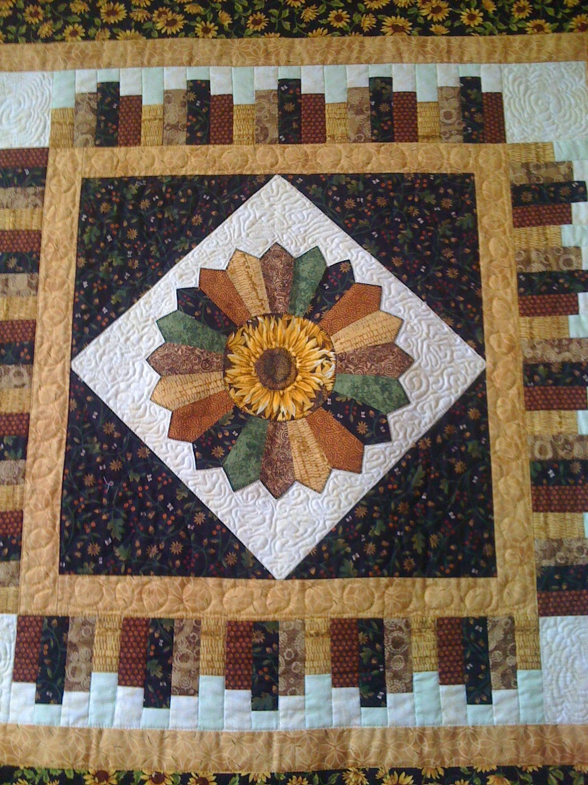 Sunflowers with piano keys border. | Quilted wall hangings ... : piano key quilt border - Adamdwight.com