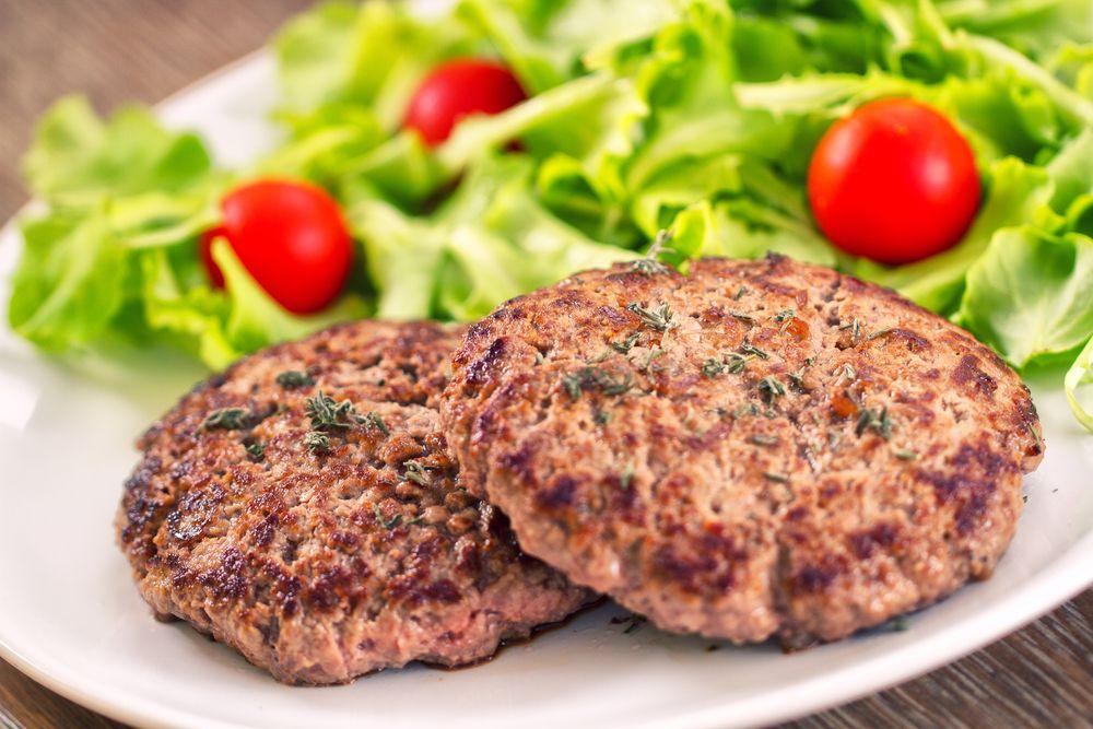 Veja como preparar uma receita de hambúrguer caseiro de carne moída com semente de linhaça e farinha de arroz, que pode ser congelado por até um mês.