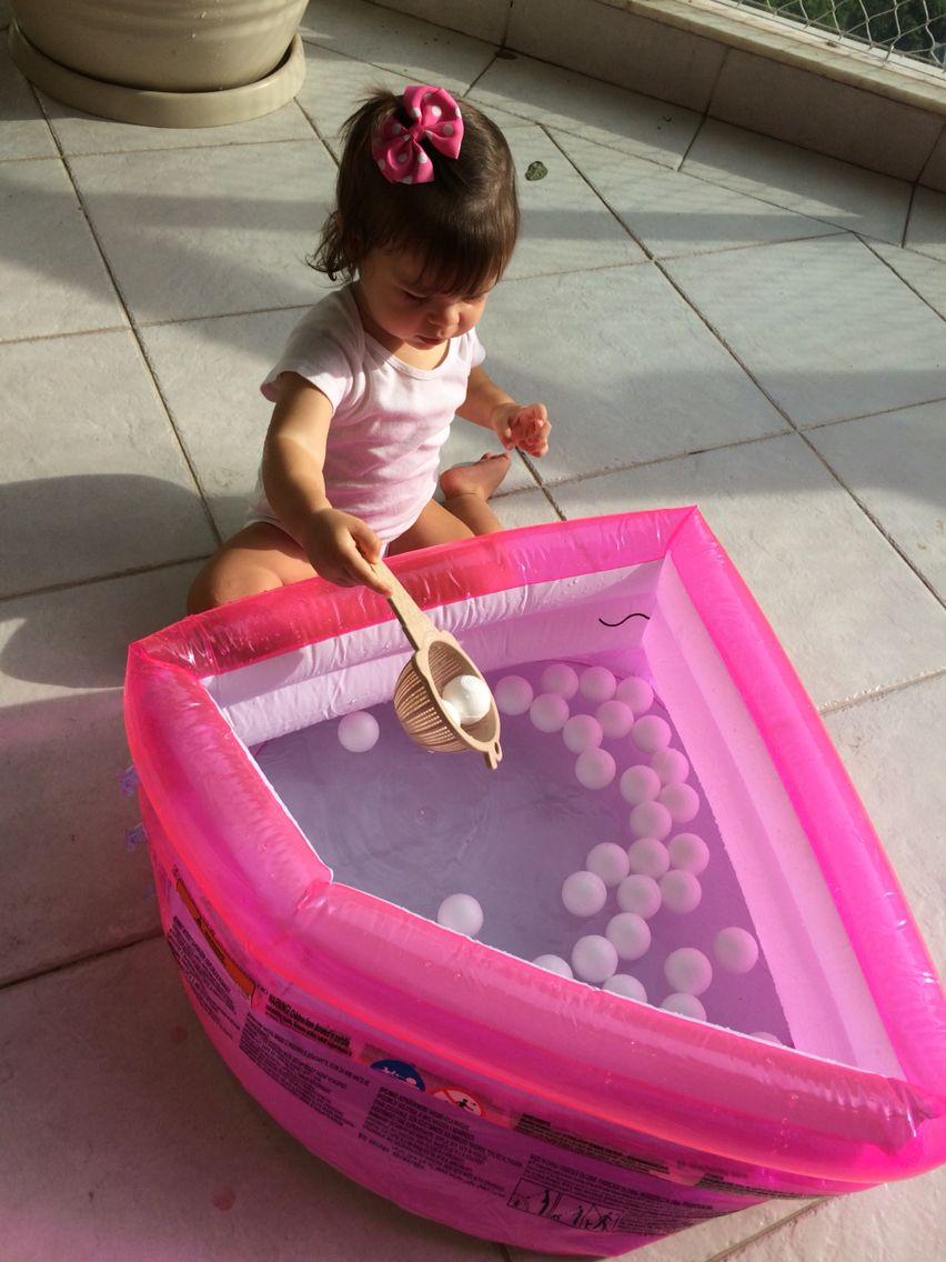 Pescando as bolinhas de isopor!