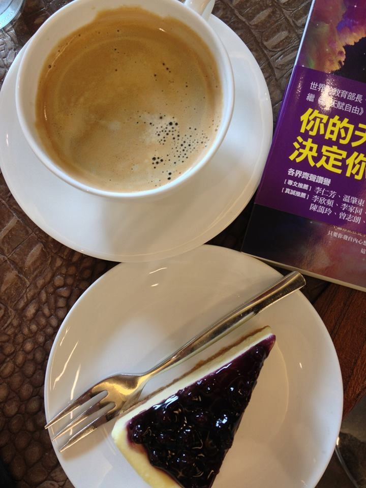 the best combination of a afternoon tea: a cup of coffee, a piece of cake and an inspiring book :)