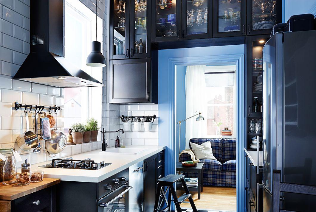 Dapur Sempit Dengan Kabinet Ikea Yang Dibuat Di Sekitar Rangka Pintu
