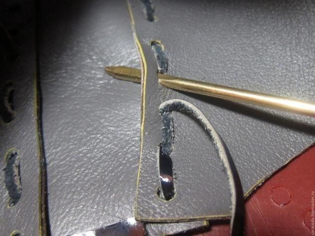 Решила поделиться с вами как пошить вот такую вот сумочку без использования швейной машинки. Вот выкройка которую мы будем использовать: Раскладываем выкройку на лицевой стороне кожи. Припуски на швы не нужны поэтому размещаем части выкройки потеснее чтобы сэкономить кожу. Боковушку можно делать цельную но чаще всего длины кожи для этого недостаточно поэтому делаем из двух частей и сшиваем по центру.