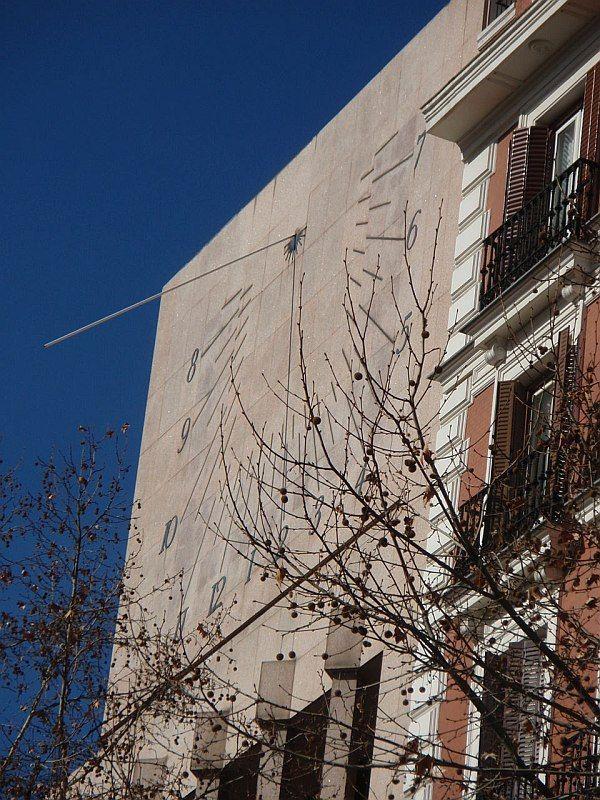 El Reloj De Sol De La Plaza Del Rey En Madrid Matemolivares Outdoor Decor Outdoor Garage Doors