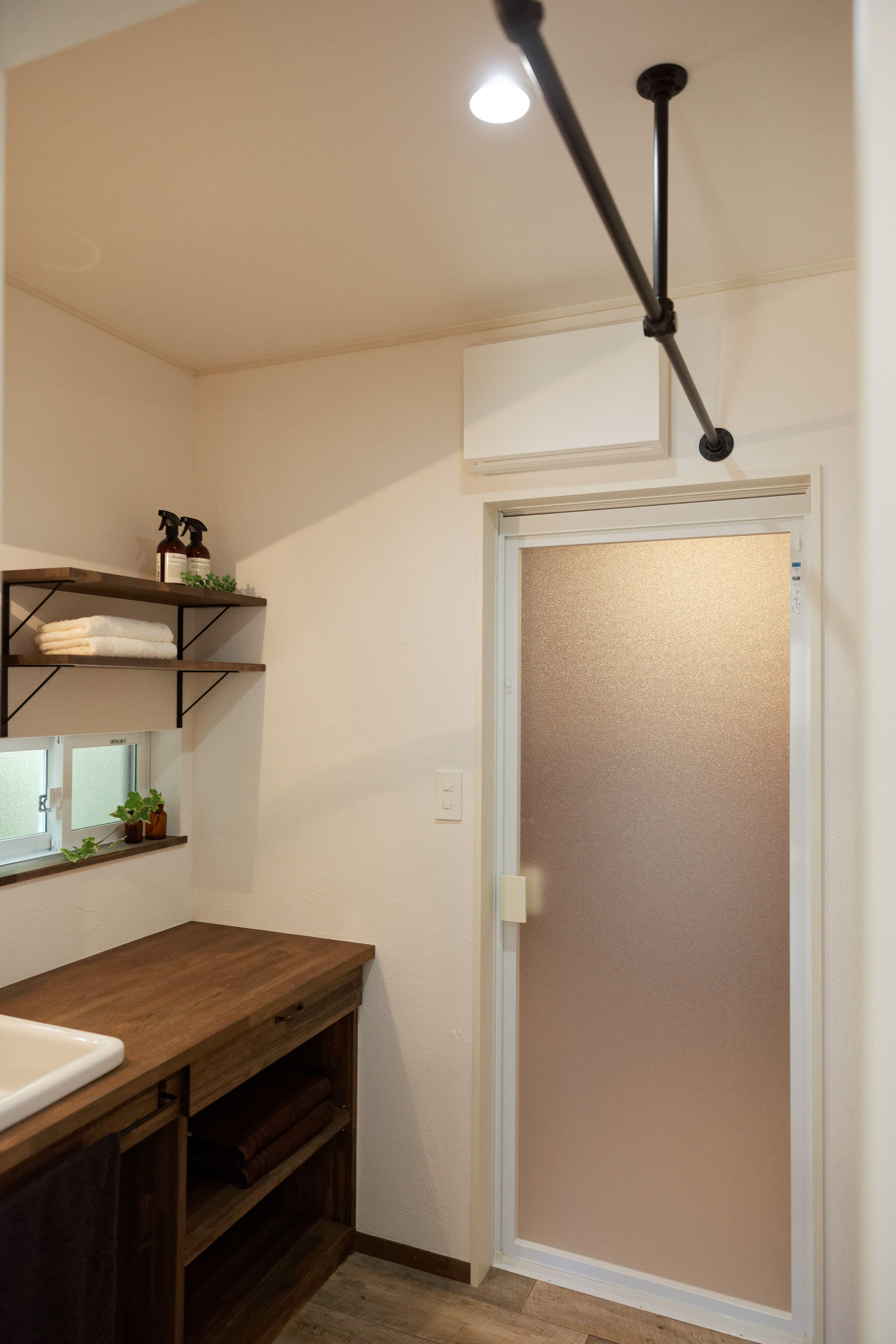 脱衣室には 室内干しができるようにアイアンバーを設置 この空間に