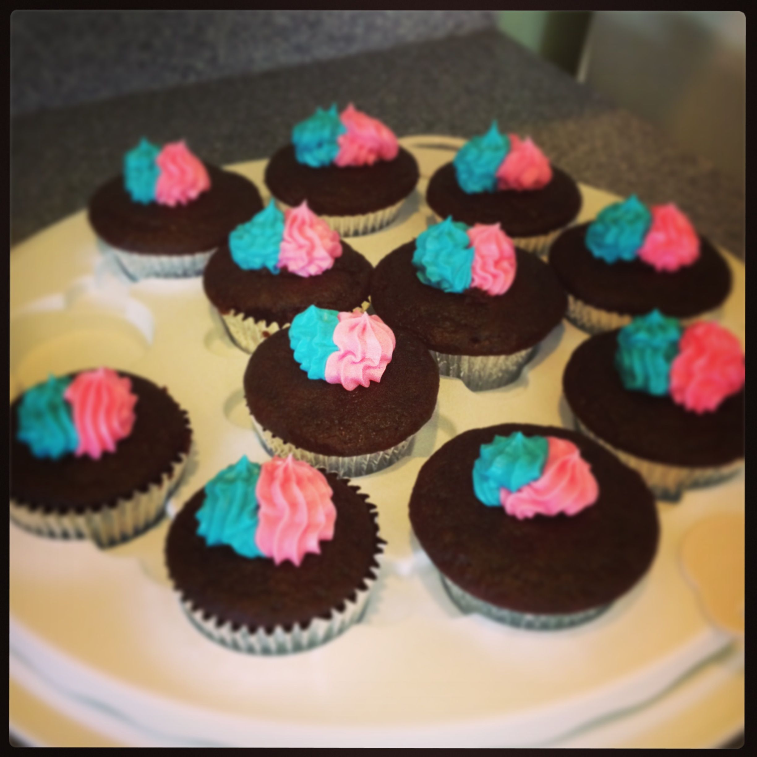 Gender reveal cupcakes. Eggless chocolate cupcakes with marshmallow fluff frosting. #marshmallowflufffrosting