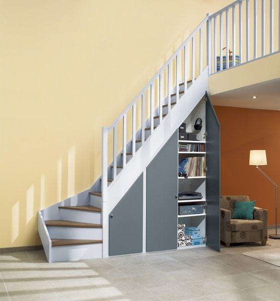 des placards sous escalier. les façades, en sapin, chêne, bois
