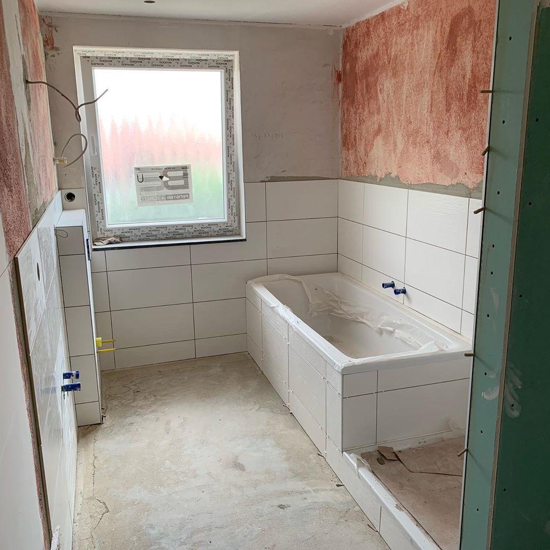 Badezimmer Ist Gefliest Jetzt Noch Der Boden Und Dann Ist Wochenende Fliesen Badezimmer Trockenbau Handwerkerservicehobe Alcove Bathtub Bathtub Bathroom