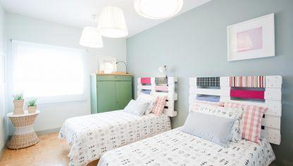 En esta ocasión os mostramos una opción para decorar un dormitorio para invitados con dos camas individuales.