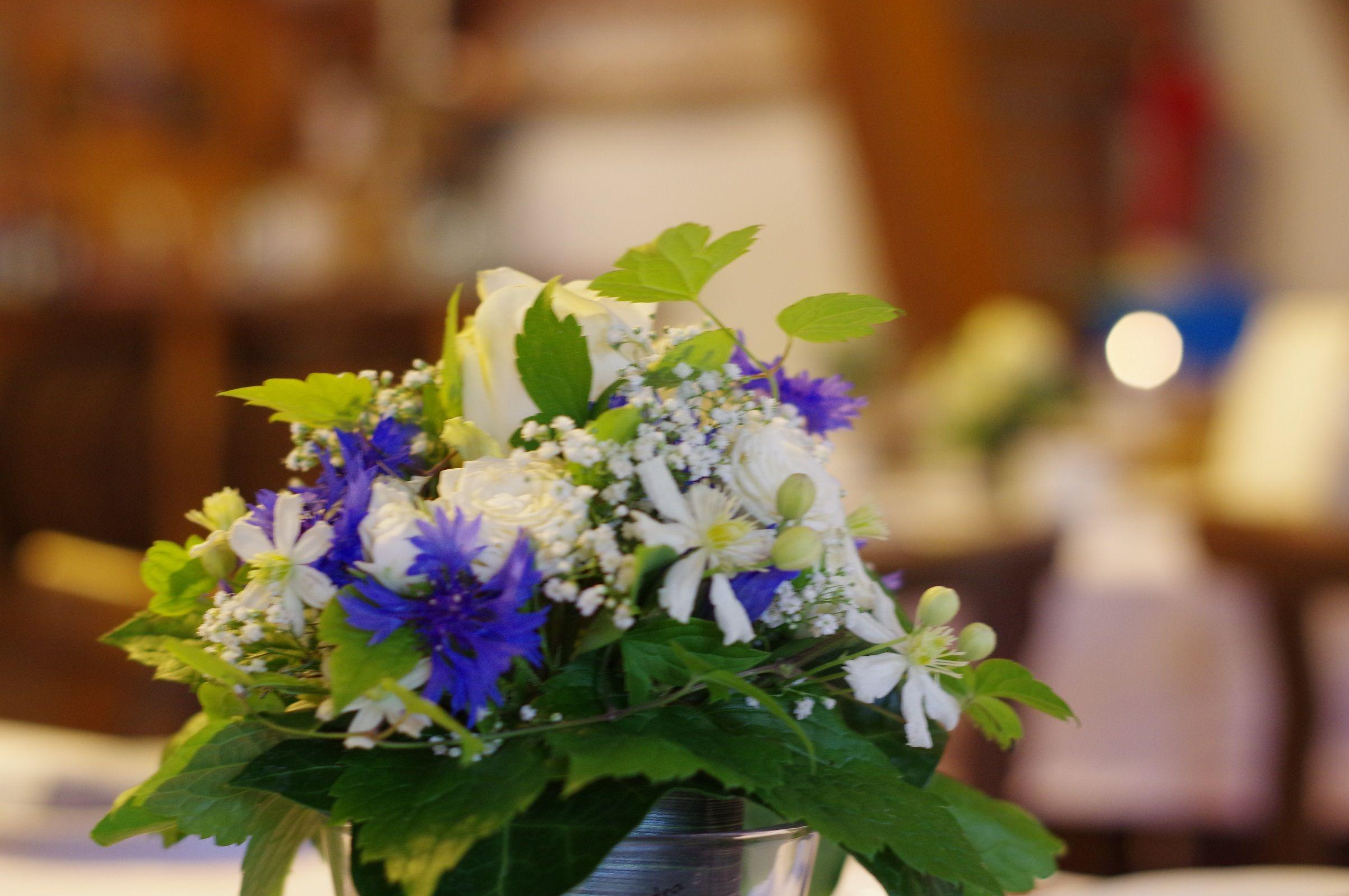 blumendeko tischdeko blau wei rosen und kornblumen blumendeko. Black Bedroom Furniture Sets. Home Design Ideas