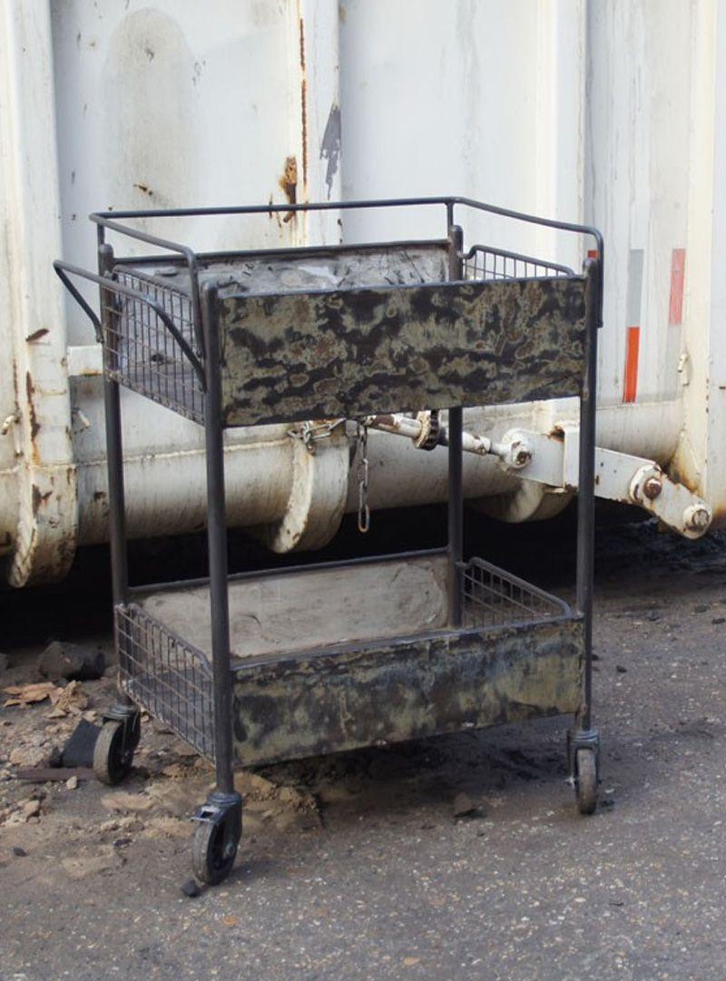 Deze metalen trolley op wieltjes kan goed gebruikt worden in de ...