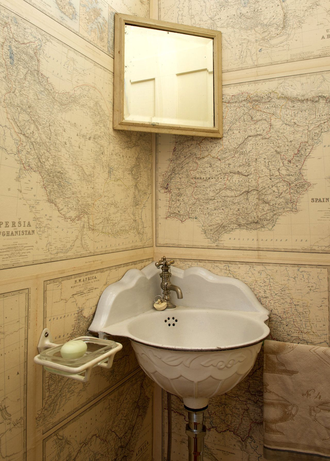 Ldellfood Design Powder Room Papered In Old Maps Via The Ny Times Bano Victoriano Lavabos En Esquina Aseo