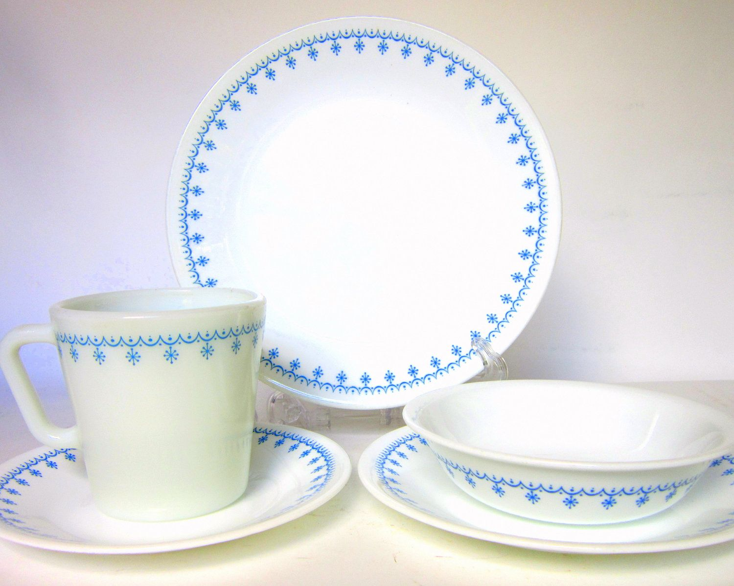 30-Pc Corelle \ Snowflake Blue\  Dinnerware Set for 6- Garland Blue \u0026 White Dishes and Pyrex Mugs Livingware  sc 1 st  Pinterest & Corelle \