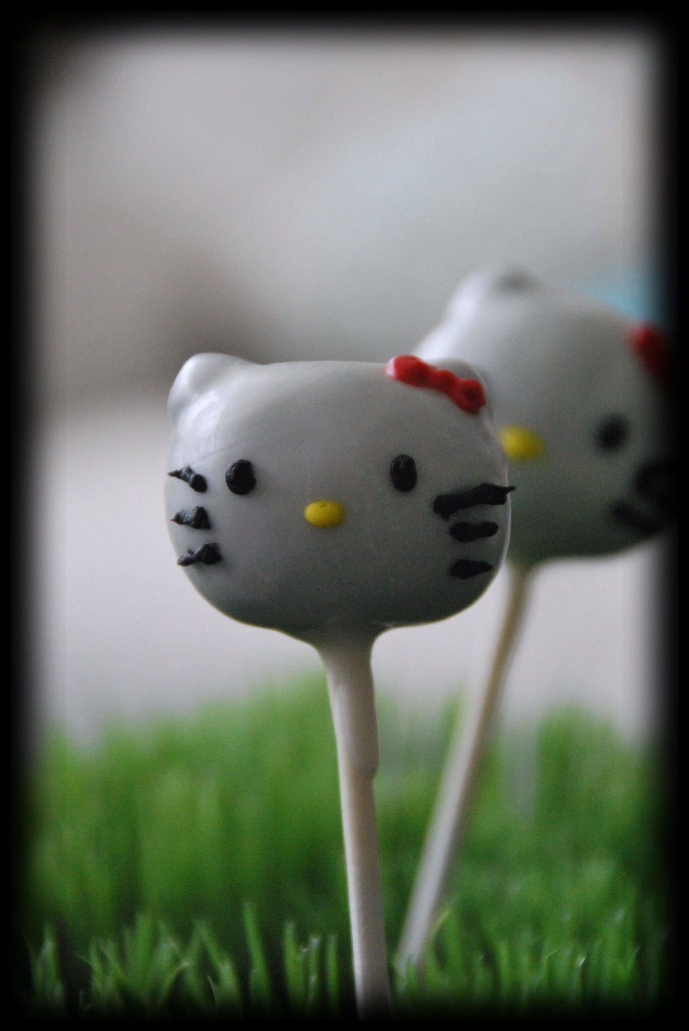 Hello kitty cake pop uses chocolate chips for ears