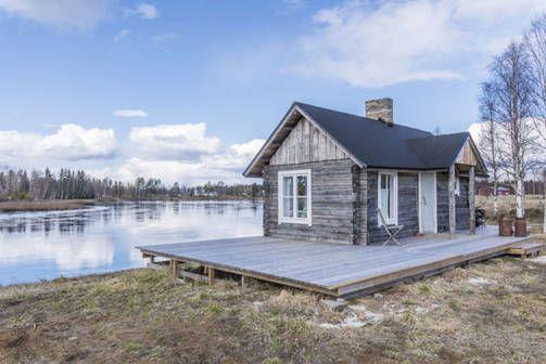 Tämä sauna sijaitsee Simojoen jokitörmällä. Sauna kuuluu omakotitalon pihapiiriin.