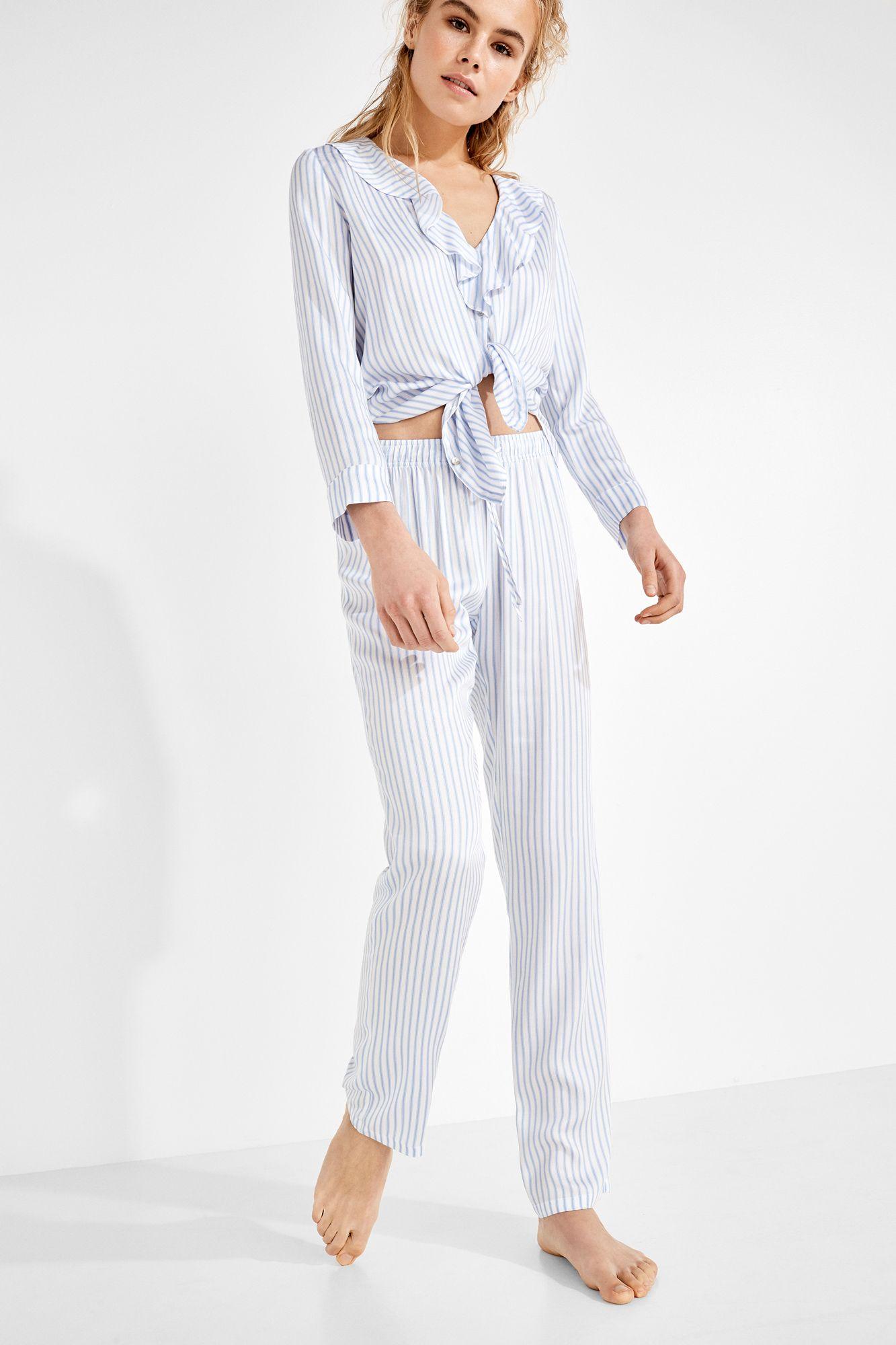55236c3ca Conjunto de pijama camisero con camisa de manga larga con estampado de  rayas y cuello pico con detalle de volantes. Botonadura frontal.