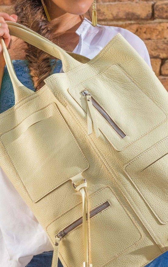 Una borsa con tante tasche...per tutto l'indispensabile che noi donne portiamo sempre con noi :)