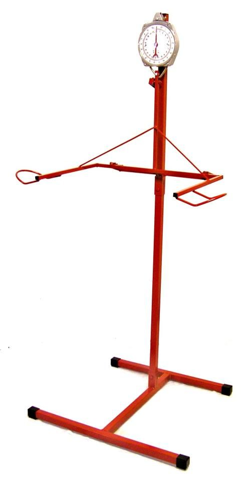 Höbjörn. Hieno keksintö. Teline heinäkassien ja -verkkojen täyttämiseen ja punnitsemiseen samalla kertaa.