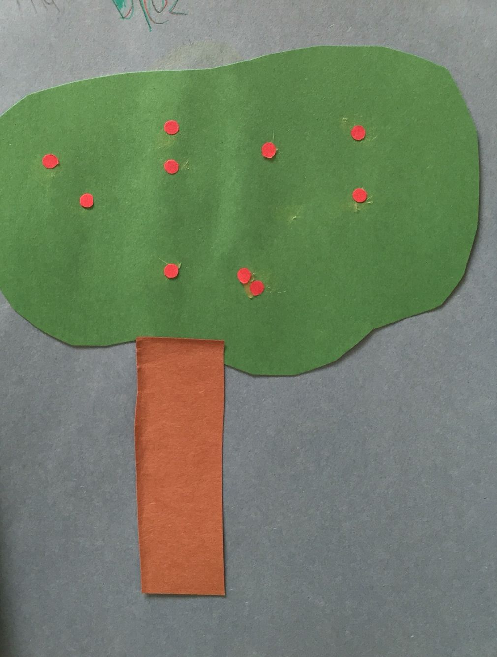 The Pre-K Spanish class practiced counting to ten in Spanish by adding apples to their paper trees. #spanish #diez #apples #brookeside #montessori