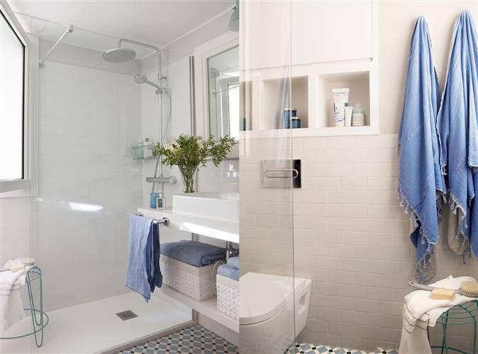 Ba o en blanco y azul con suelo hidr ulico lavamanos con estante inferior con cestas y toallas - Banos en azul y blanco ...