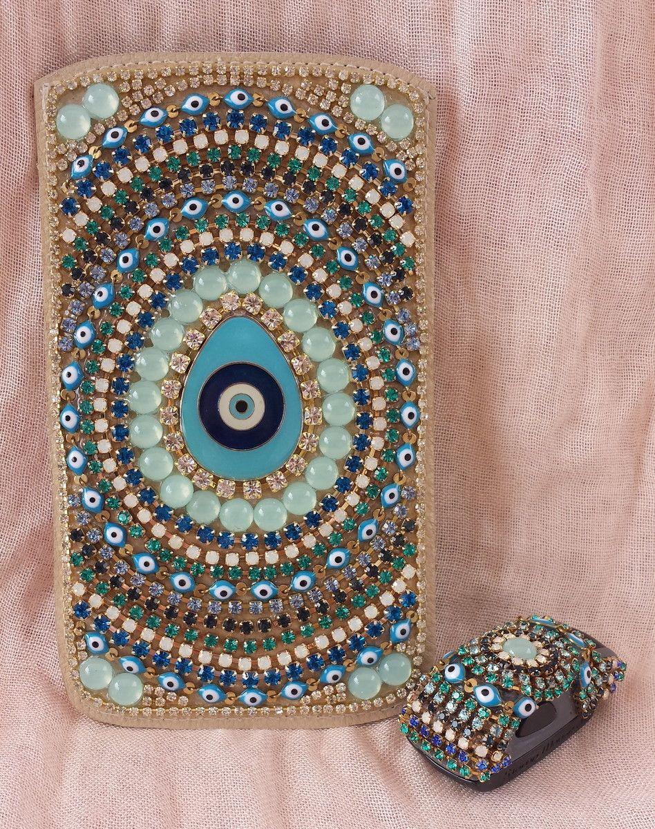Capa para celular. Este em tons de azul com olho grego central. Celulares acima de 7cm X 13cm acrescimo de 10% no preço. Celulares de tamanho acima de 9cm X 15cm, acrescimo de 15% no valor .