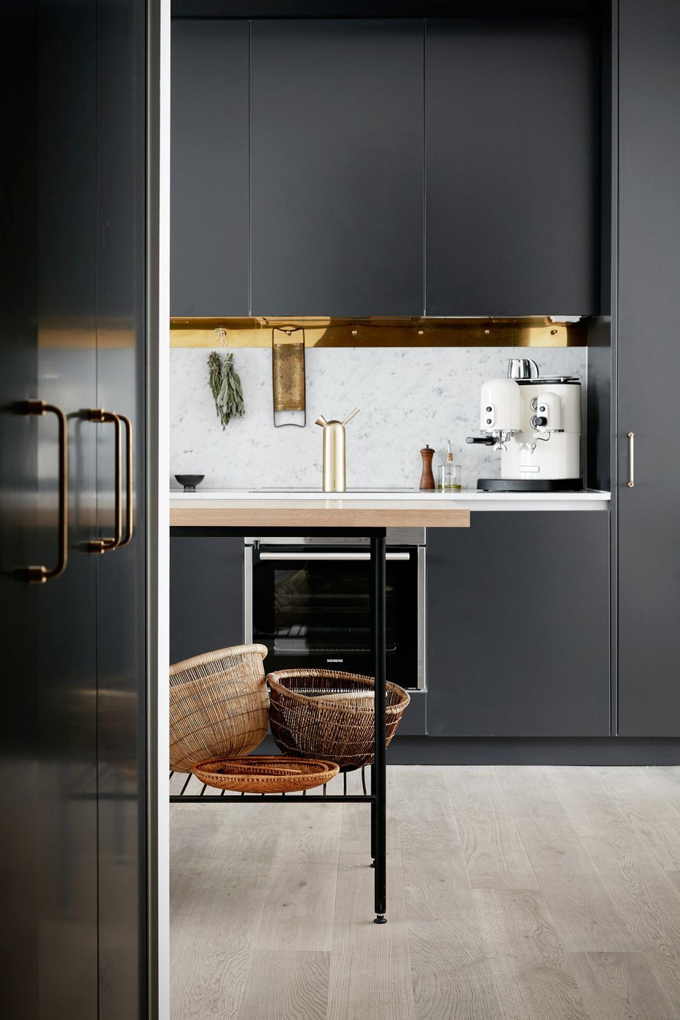 21 Kitchens With Black Cabinets That Make A Strong Case For The Edgy Trend In 2020 Interior Design Kitchen Kitchen Style Kitchen Trends