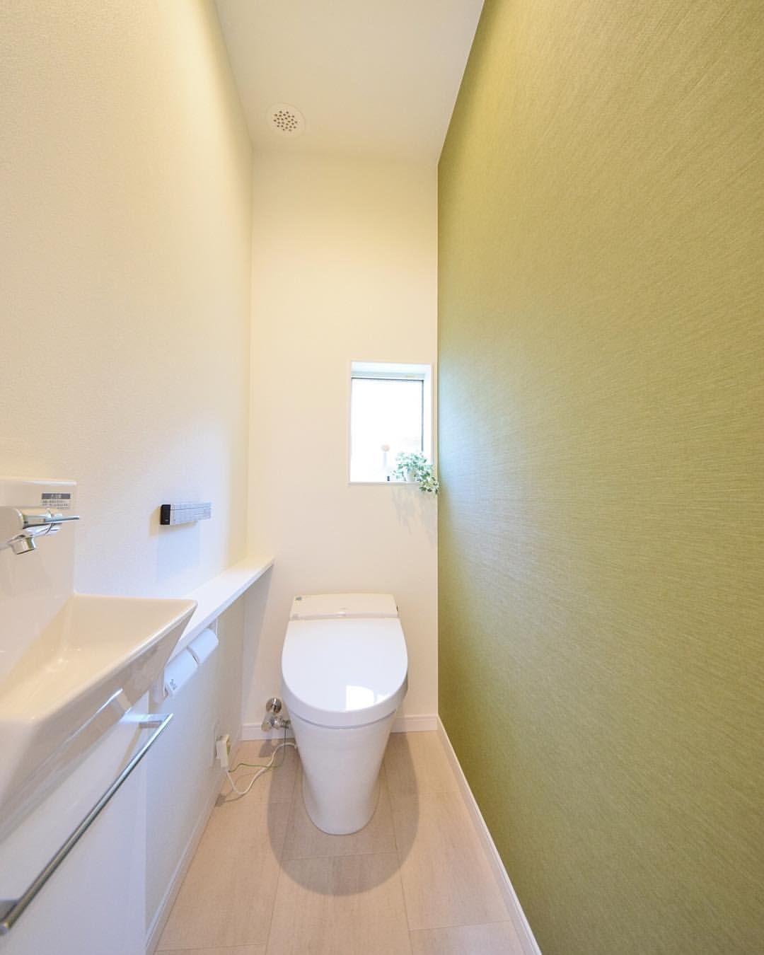 トイレの壁紙は一面だけでも変えると印象がガラリと変わります グリーン系の壁紙を使うと 落ち着いた雰囲気に 高知 建匠 マイホーム マイホーム計画中 マイホーム計画中の人と繋がりたい インテリア トイレ 壁紙 グリーンカラー コーディネータ トイレ