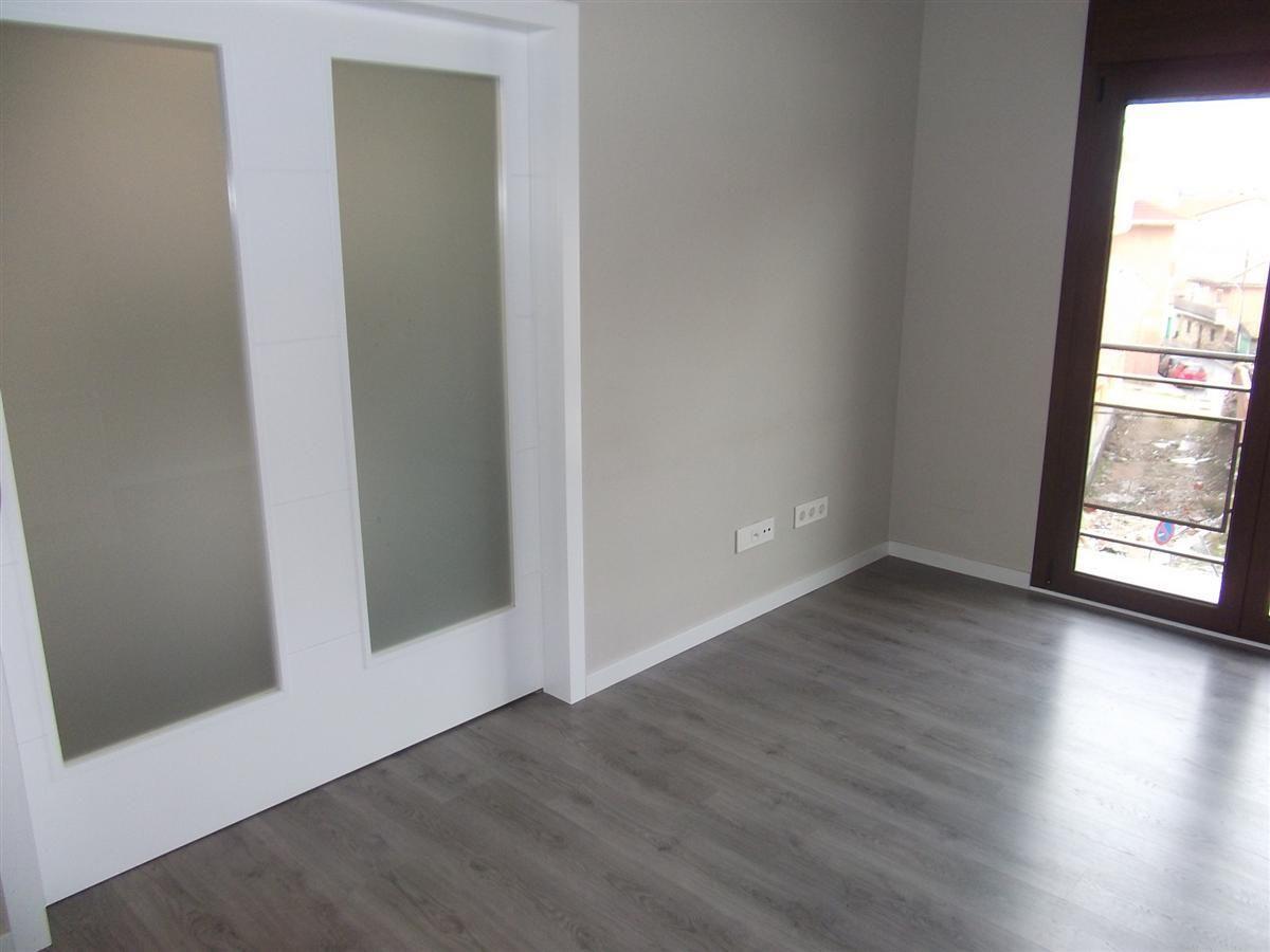 Suelo madera puertas color madera buscar con google for Casas con puertas blancas