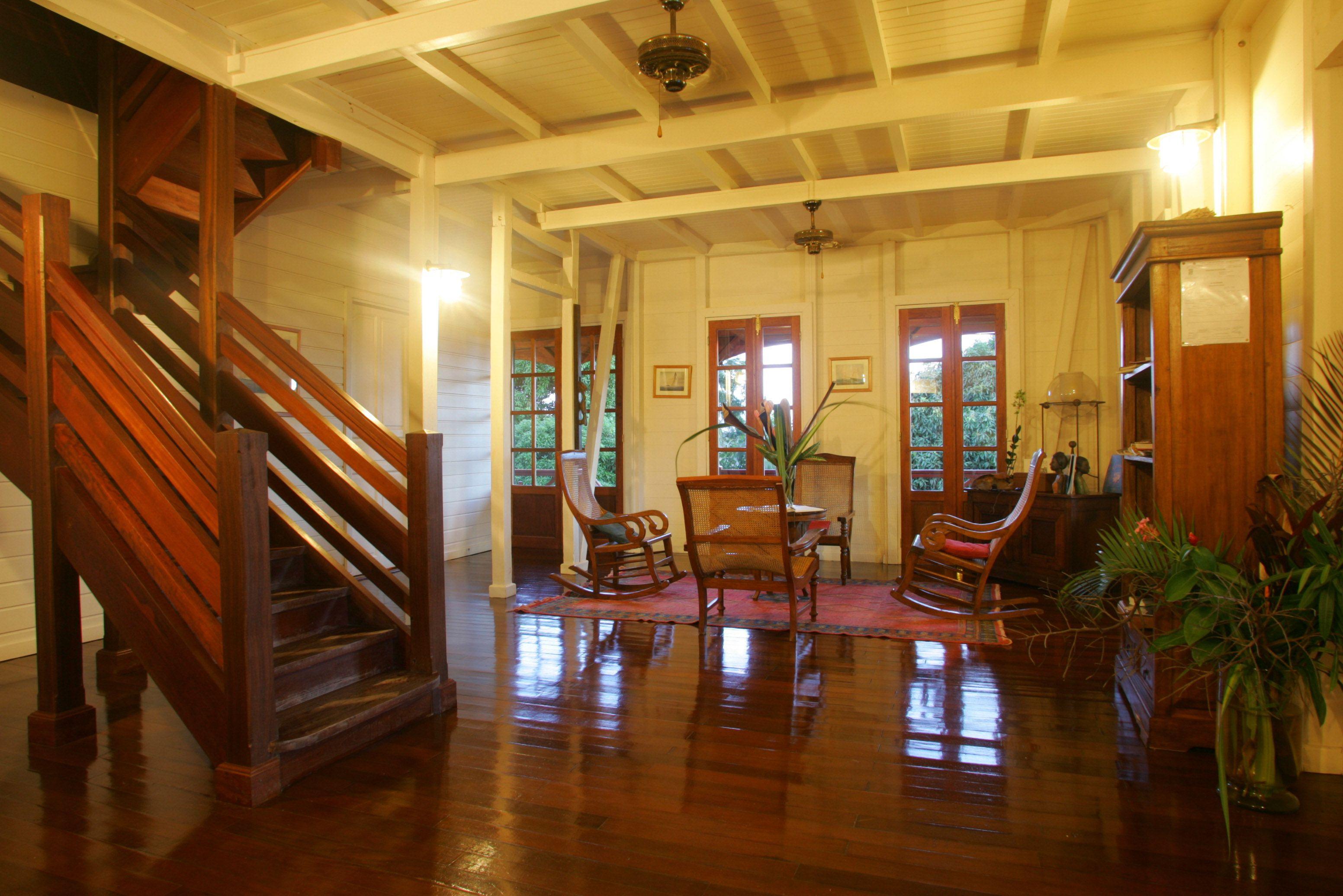 L int rieur de la maison coloniale au jardin malanga celle ci comporte une suite de 2 chambres for Interieur maison coloniale
