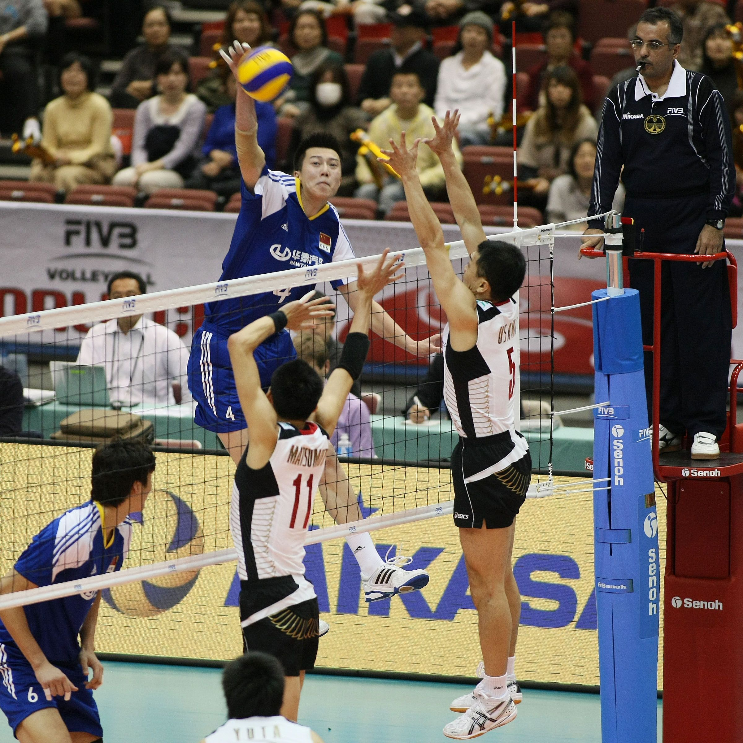 Zhang Chen Being Contrasted By The Block Of Matsumoto 11 And Usami 5 Volleyball Matsumoto Chen