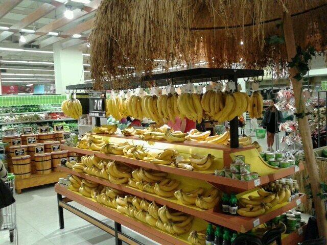 Me encanta esta exposición de plátanos #retail #Chile muy curioso y llamativo