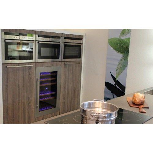 Hoge Kast Met Wijnkast Ovens En Vriezers Keuken Zwart