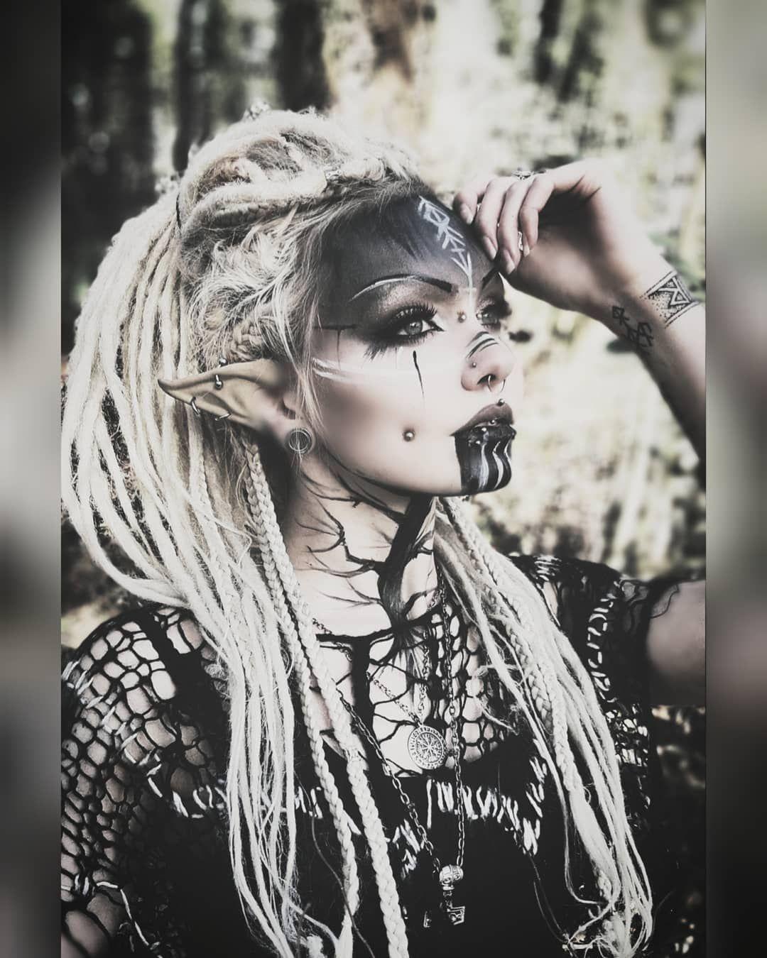 """Xelanah en Instagram: """"Ayer jugué con el elfo del bosque 🙈 ¡También voy a echar un vistazo a mi nuevo tatuaje! ¿Ustedes tienen tatuajes o proyectos? 🌱. . . # goth # gothgoth … """""""