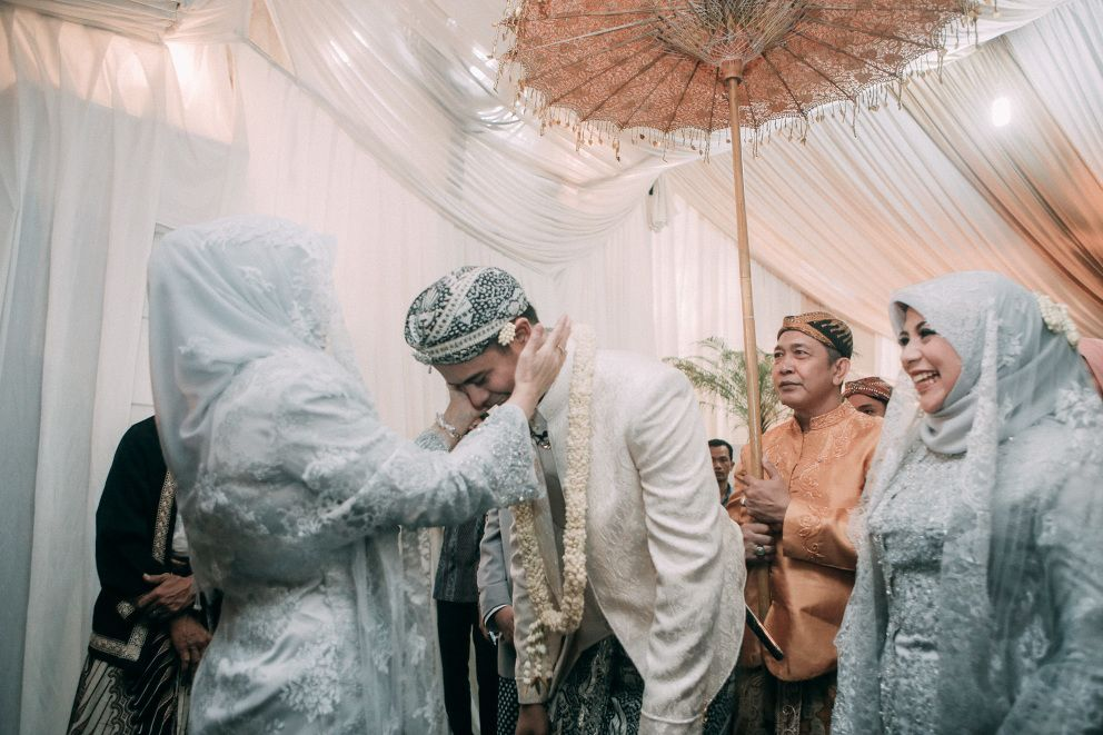 An Enchanted Traditional Wedding In Jakarta Clockwise Pictures Jakarta Bali Photography Film Video Traditional Wedding Wedding Ceremony