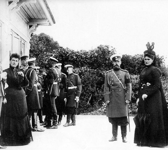 Rare photo of a pregnant Tsarina Alexandra Feodorovna, right, with Tsar Nikolai II and, far left, Grand Duchess Marie Pavlovna, 1899.